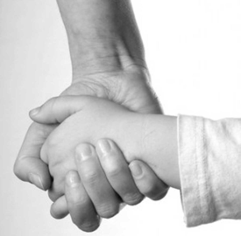 mom-child-holding-hands